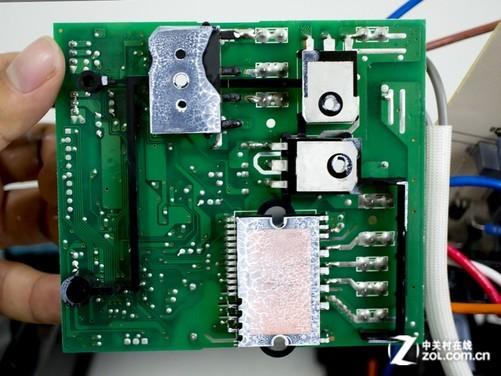 为了进一步加强防水,电路板采用了类胶涂层进行覆盖