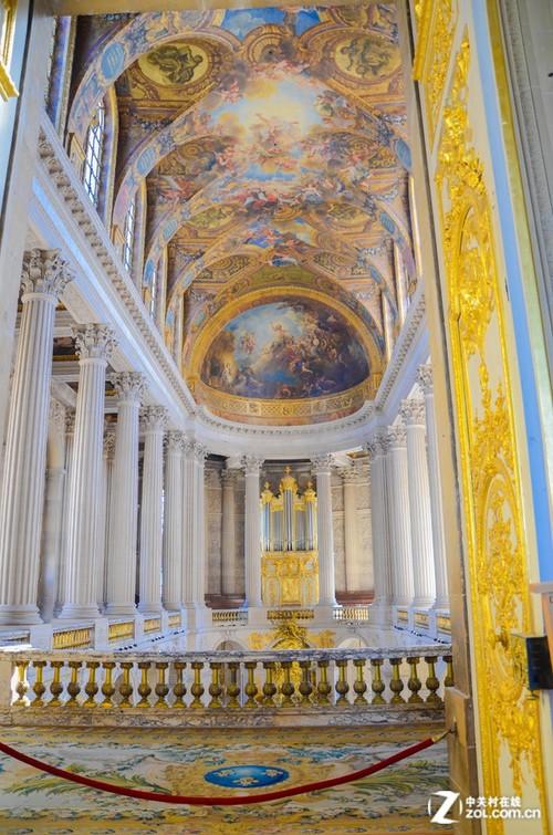 宫殿内装饰有大量的壁画