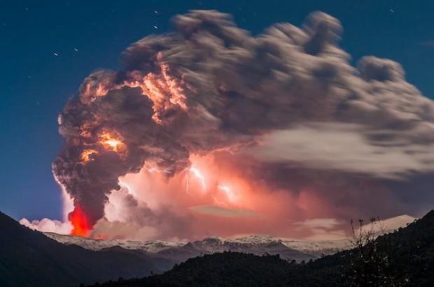 [转载]危险瞬间的定格 摄影师冒死捕捉火山爆发