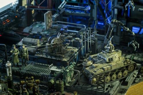 """这一""""秘密基地""""的确具备了一个军事基地的所有必要元素,各种设施、装备、武器、士兵一应俱全,甚至还有一架航天飞机以及单反镜头做成的激光炮,就连键盘、鼠标、USB Hub、U盘这些附件都经过了精雕细琢的设计。"""