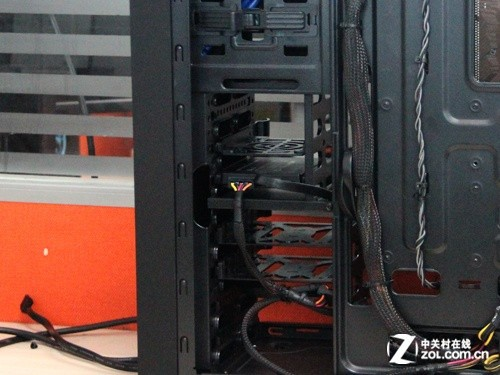 机箱电源 正文  最后一步就是安装硬盘了,由于是测试平台,那么就先图片