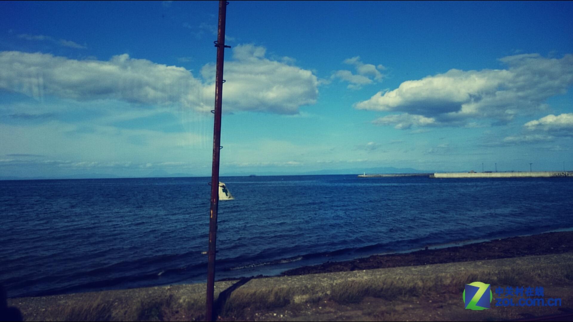 从车窗看出去的风景非常好,偶尔还能看到海边的水泥墩上蹲满了海鸥.