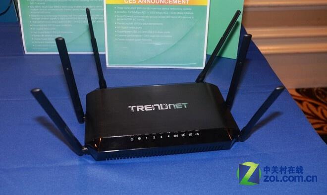 Trendnet AC3200 TEW-828DRU是Trendnet推出的第一款三频无线路由器,其与我们熟知的NETGEAR R8000一样,在2.4GHz频段上的最高无线传输为600Mbps,在两个5GHz频段上的最高无线传输分别为1300Mbps,三频段同时传输速率为3200Mbps。这款新品将于本月底上市,售价约为200美元!