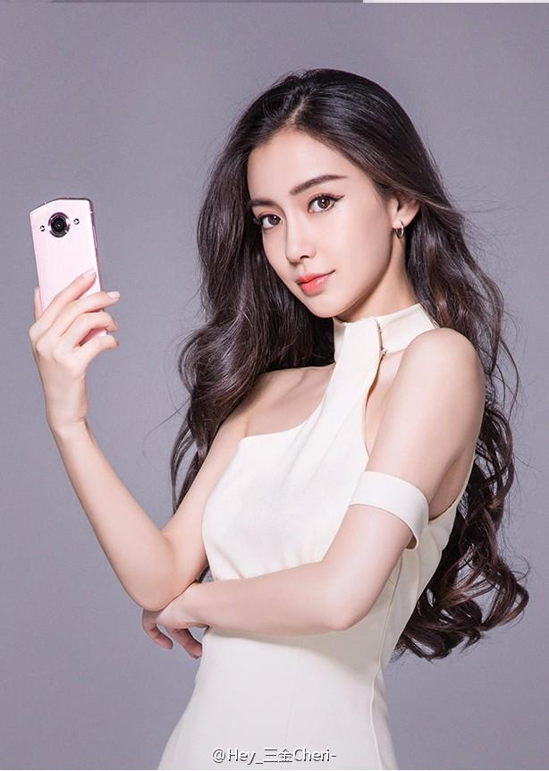 作为一款主打自拍的手机美图选择Angelababy最适合不过,身为中国颜值颇高的女性,Angelababy的整体气质也十分符合美图系列手机。