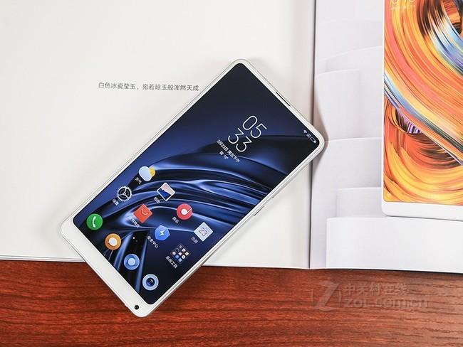 小米MIX2s滿分10分的話,我給這個手機打8.0分左右,很喜歡。優點如下:最近流行全面屏和劉海屏,3月底手機壞了,急著換手機,全面屏全是6寸的,感覺有點大,挑了半天小屏的實在沒有好看的,劉海屏又不喜歡,結果小米mix2s剛好發布,看發布會雷布斯吹的不錯,就準備買了。4月3號在小店拿到貨,用了20 多天。