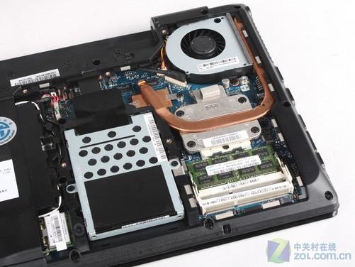 联想G460简单的拆解介绍与分析 联想G460整机的底部都也同样采用的是工程塑料,相对顶盖而言该处的用料显得更为厚实。底部的设计与前作G450并没有很大的区别,同样主要的硬件区域是由一整块大挡板来遮住的,我们仅需要打开这块大挡板就能清楚的看见整机主要的硬件。另外在挡板上而还有多处园林窗棂式的散热隔栅开口,这些散热格栅也显得十分精细。通过底部的全貌不难看出联想G460与以往G系列稳定耐用的设计保持一致,同时我们也对部分硬件区域进行了简单的拆解。