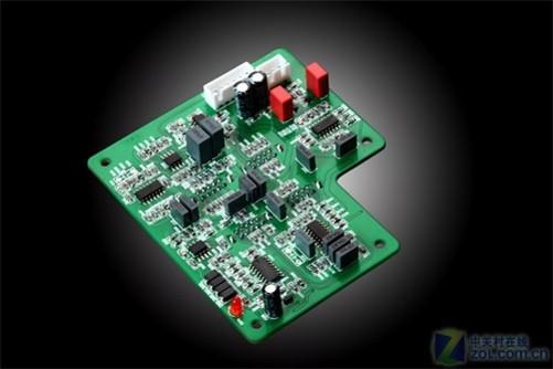 惠威H4的前级电路是目前所有多媒体音箱中最为复杂的,仅从运算放大器的数量上就可以说明一切。H4的前级电路上使用了一共7块运算芯片,包含了4块TL084 4通道运放,2块TL082 2声道运放和1块LM13700互导运放。其中4块TL084和2块TL082组成20通道运算阵列共同完成H4的电子分频、频率微调及电声优化配合工作。LM13700互导运放由美国国家半导体公司出品,应用于H4的过载保护电路中,让H4在极大动态下不失真的工作并有效保护功放电路和扬声器。此外在H4的前级电路中大量采用进口CBB电容(金