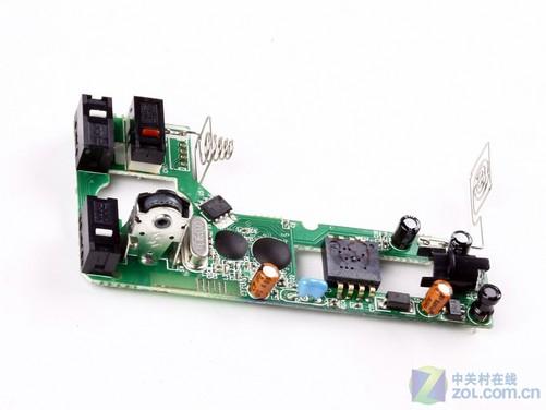 雷柏1800键鼠套装的拆解比较简单,分别将键鼠背面的螺丝取下别可看到内部结构。通过下图可以看到1800套装的键盘在防水性能上表现出色,不仅在底壳上有大量导水孔,而且导电薄膜也都进行了封装处理,防止渗漏液体破坏。由于没有多媒体快捷键设计,所以键盘和鼠标的PCB板设计比较简单,更多的是突出了实用功能。