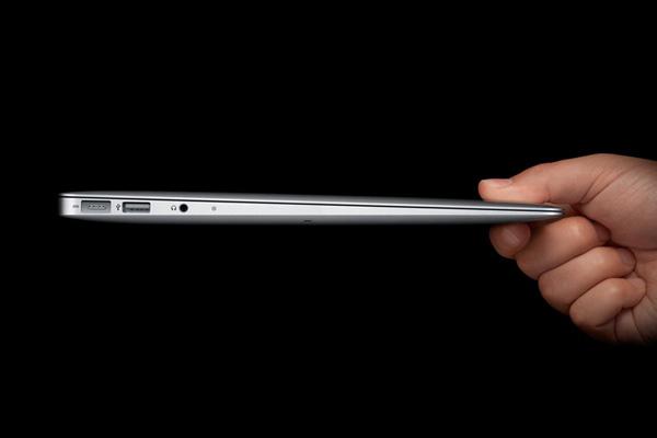 """北京时间10月21日凌晨, 苹果在其位于美国加利福尼亚州的总部召开""""回归Mac""""大会, 发布新款MacBook Air和新版操作系统Mac OS X Lion."""