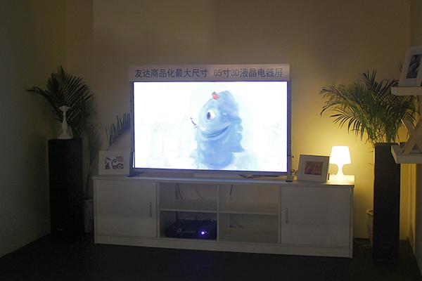 友达带来了65吋3D液晶屏幕,这是友达已商品化的最大的3D液晶屏。