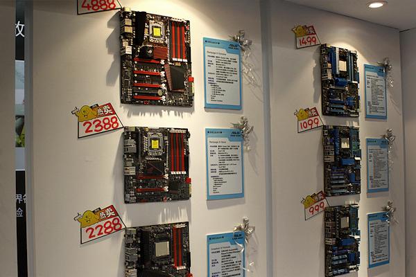 华硕的产品展示墙,摆满了新近推出的主板产品。