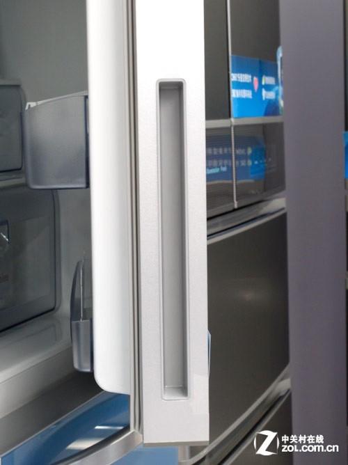 冷藏室門把手采用隱藏式設計,使冰箱整體看起來更具整體性.