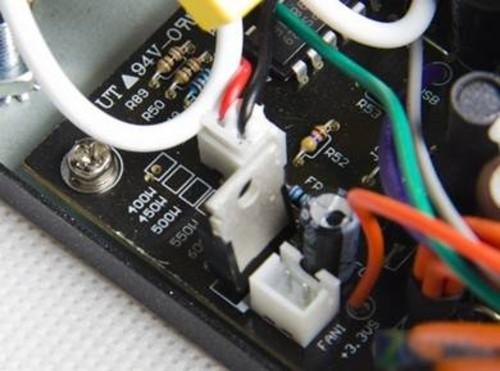 温控电路 为降低电源风扇的噪音,多数高端电源都有加温控电路,根据