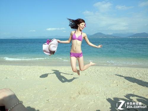 海边邂逅比基尼美女 背包族畅游三亚-中关村在线