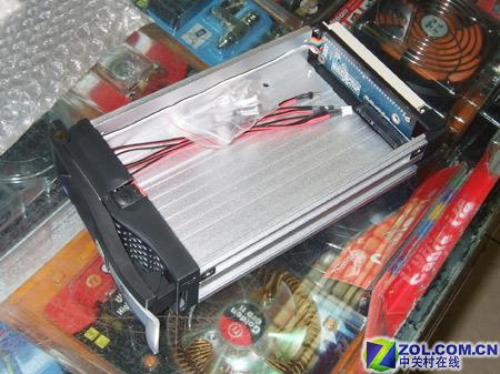 结构比较简单,电路板设计在产品的尾部,且面积并不是太大.