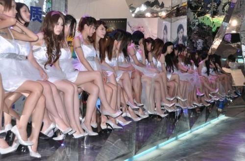 高清展台一排全场荡漾美女自拍图片大腿巨人图片