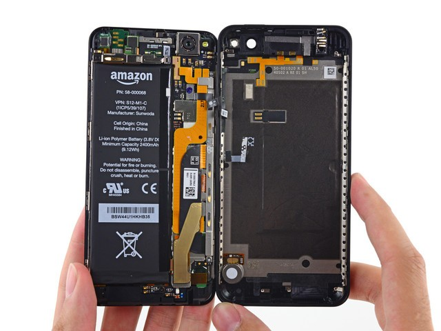 内部布局Fire Phone也基本和iPhone类似,可以看到长条形的主板与电池并列
